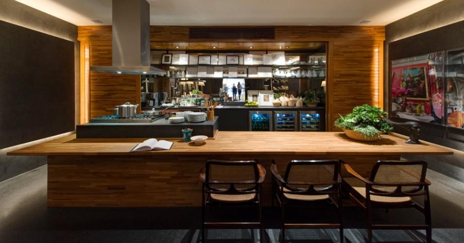 Na cozinha do Loft do Jovem Empresário, assinado por David Bastos, a madeira no revestimento e na bancada se alinha ao cinza das prateleiras e do piso. A 27ª Casa Cor SP segue até dia 21 de julho de 2013, no Jockey Club de São Paulo