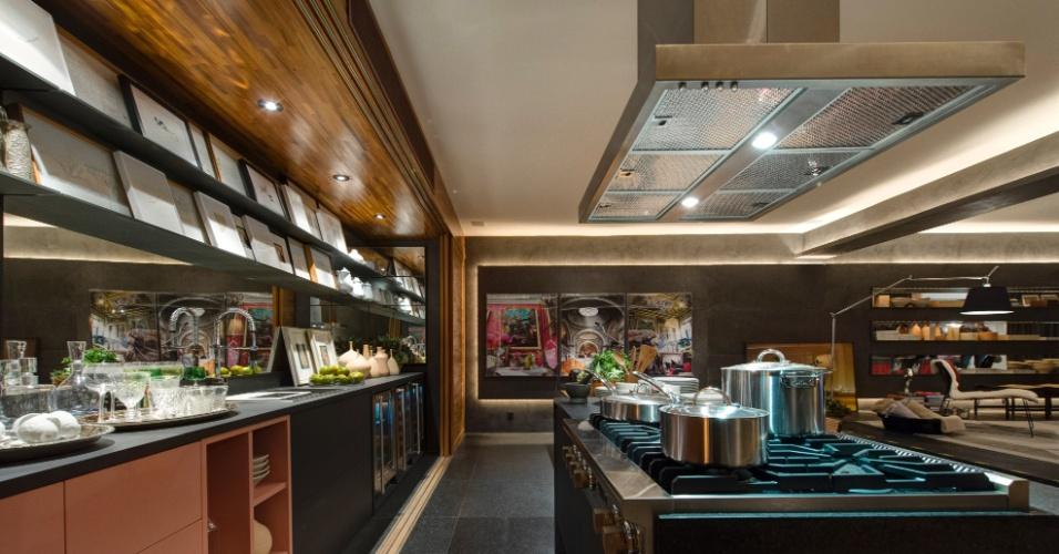Na cozinha do Loft do Jovem Empresário, assinado por David Bastos, o uso da madeira aquece o ambiente com base em tons de cinza. A 27ª Casa Cor SP segue até dia 21 de julho de 2013, no Jockey Club de São Paulo