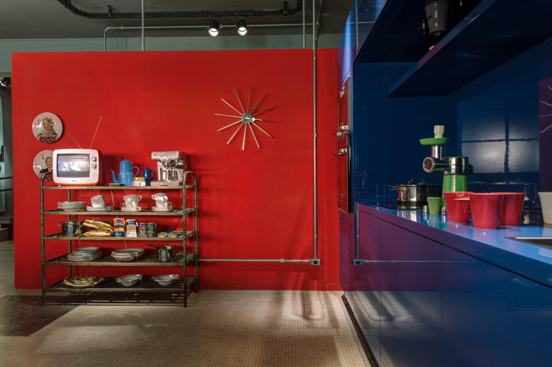 Na cozinha do Loft do Publicitário, projeto dos arquitetos Antonio Ferreira Junior e Mario Celso Bernardes, apesar dos utensílios com ar antigo, as cores vibrantes vermelha e azul deixam o espaço moderno. A 27ª Casa Cor SP segue até dia 21 de julho de 2013, no Jockey Club de São Paulo