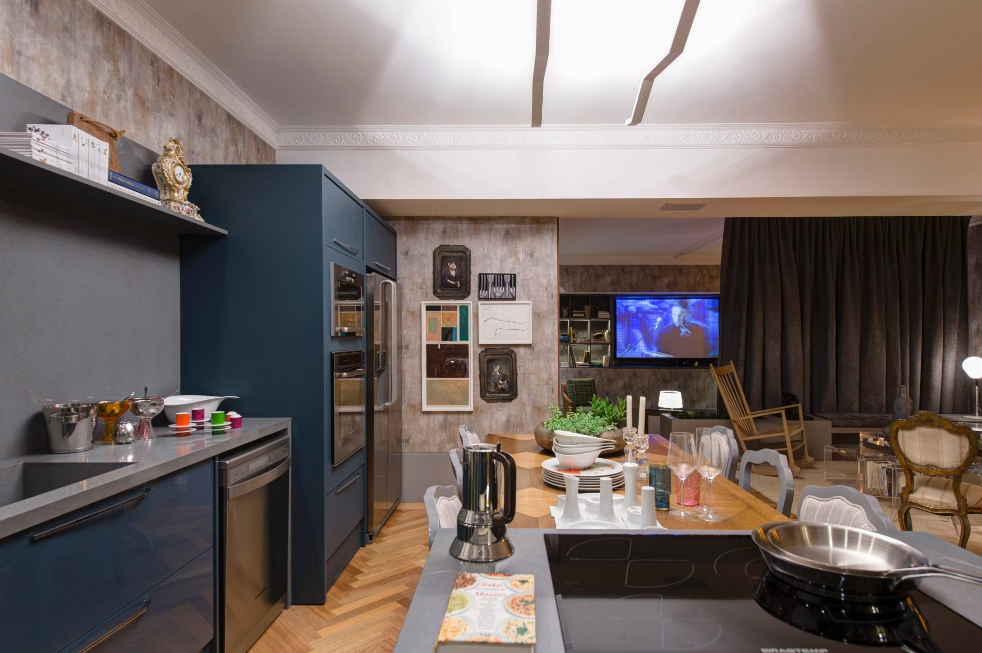 Na cozinha do Loft Urbano, desenvolvido pelo escritório In House Designers de Interiores, a bancada do cooktop fica junto à mesa de jantar. A 27ª Casa Cor SP segue até dia 21 de julho de 2013, no Jockey Club de São Paulo