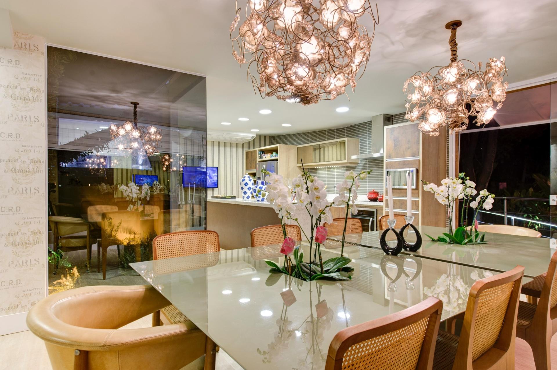 No ambiente Chalé do Velejador, projetado pela arquiteta Selma Tammaro, a sala de jantar está integrada à cozinha. A mesa para servir refeições recebeu nichos centrais com orquídeas brancas. A 27ª Casa Cor SP segue até dia 21 de julho de 2013, no Jockey Club de São Paulo