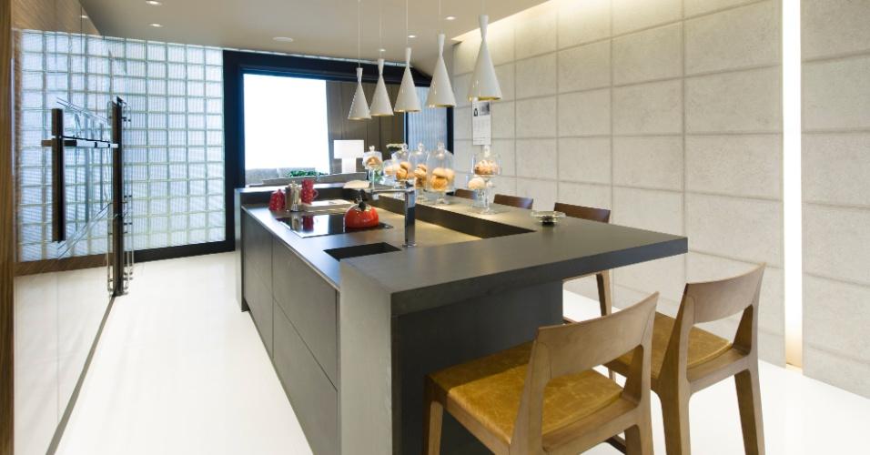 No Loft do Casal com 120 m², projetado por Denise Barretto, a bancada da cozinha serve como um grande balcão para servir as refeições. A 27ª Casa Cor SP segue até dia 21 de julho de 2013, no Jockey Club de São Paulo