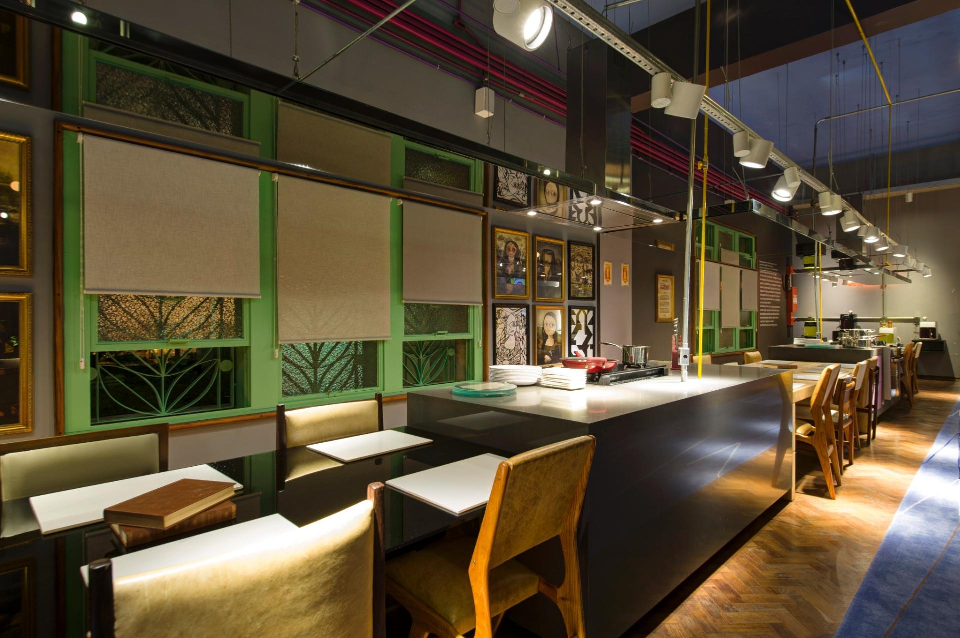 No Lounge Gourmet, desenhado por Gustavo Calazans, as ilhas e mesas estão alinhadas, formando grandes bancadas. A 27ª Casa Cor SP segue até dia 21 de julho de 2013, no Jockey Club de São Paulo