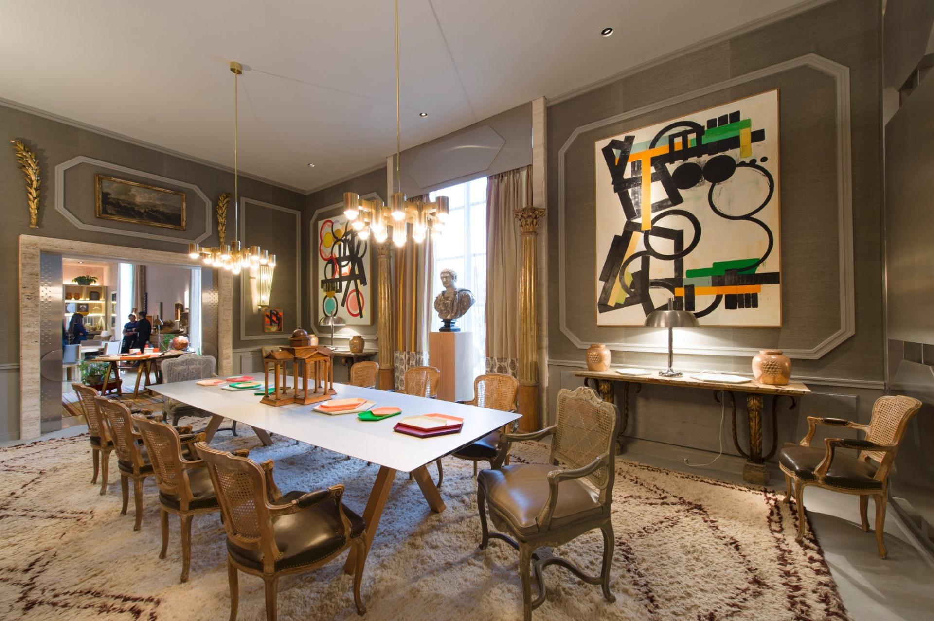 Fabrizio Rollo decorou a Sala de Jantar de estilo clássico com tons do cinza somados ao contraste do ouro e do prata. A 27ª Casa Cor SP segue até dia 21 de julho de 2013, no Jockey Club de São Paulo