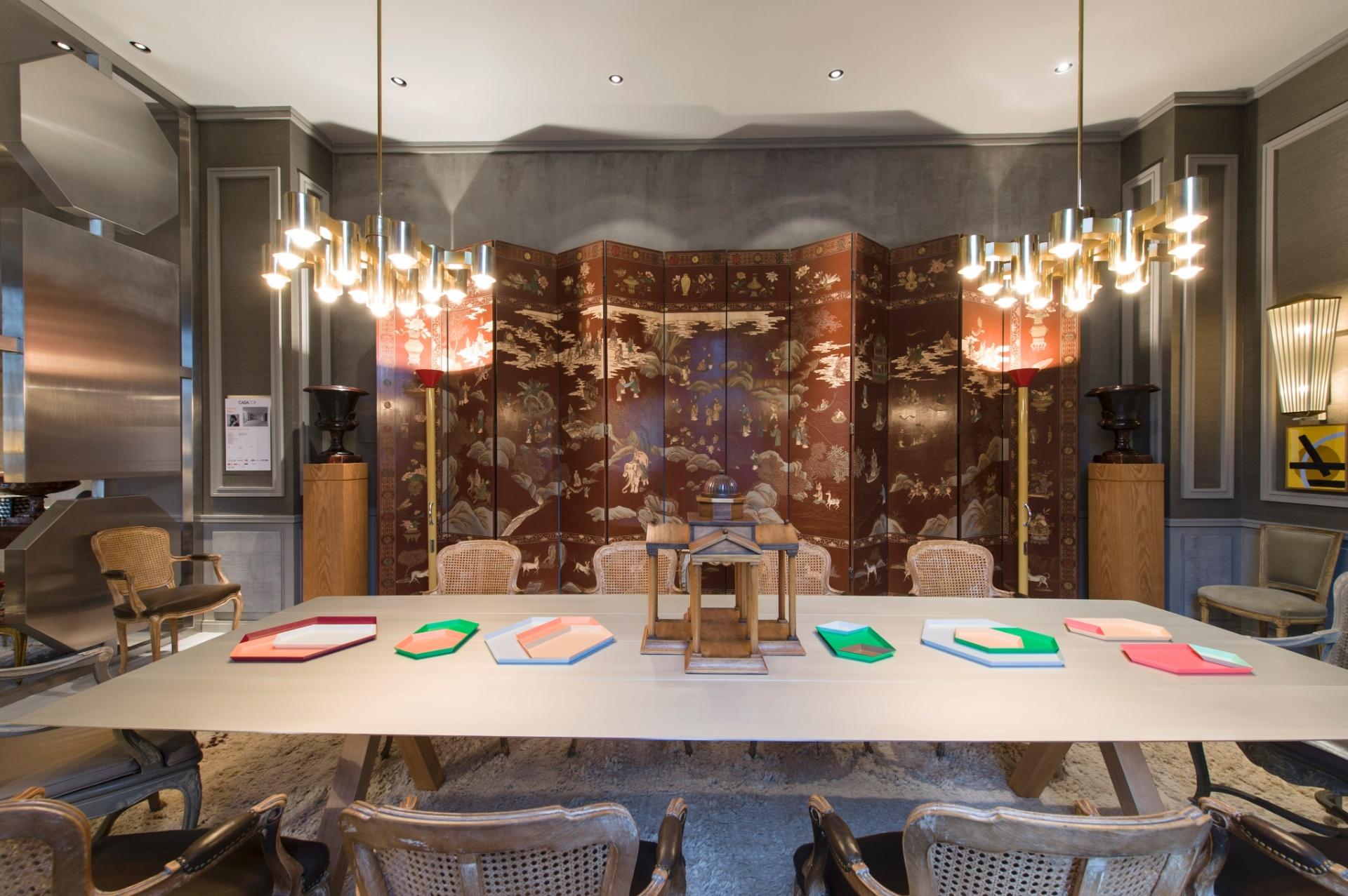 Fabrizio Rollo decorou a Sala de Jantar de estilo clássico com tons do cinza somados ao contraste do ouro e do prata. Destaque para o biombo de temática oriental, ao fundo. A 27ª Casa Cor SP segue até dia 21 de julho de 2013, no Jockey Club de São Paulo