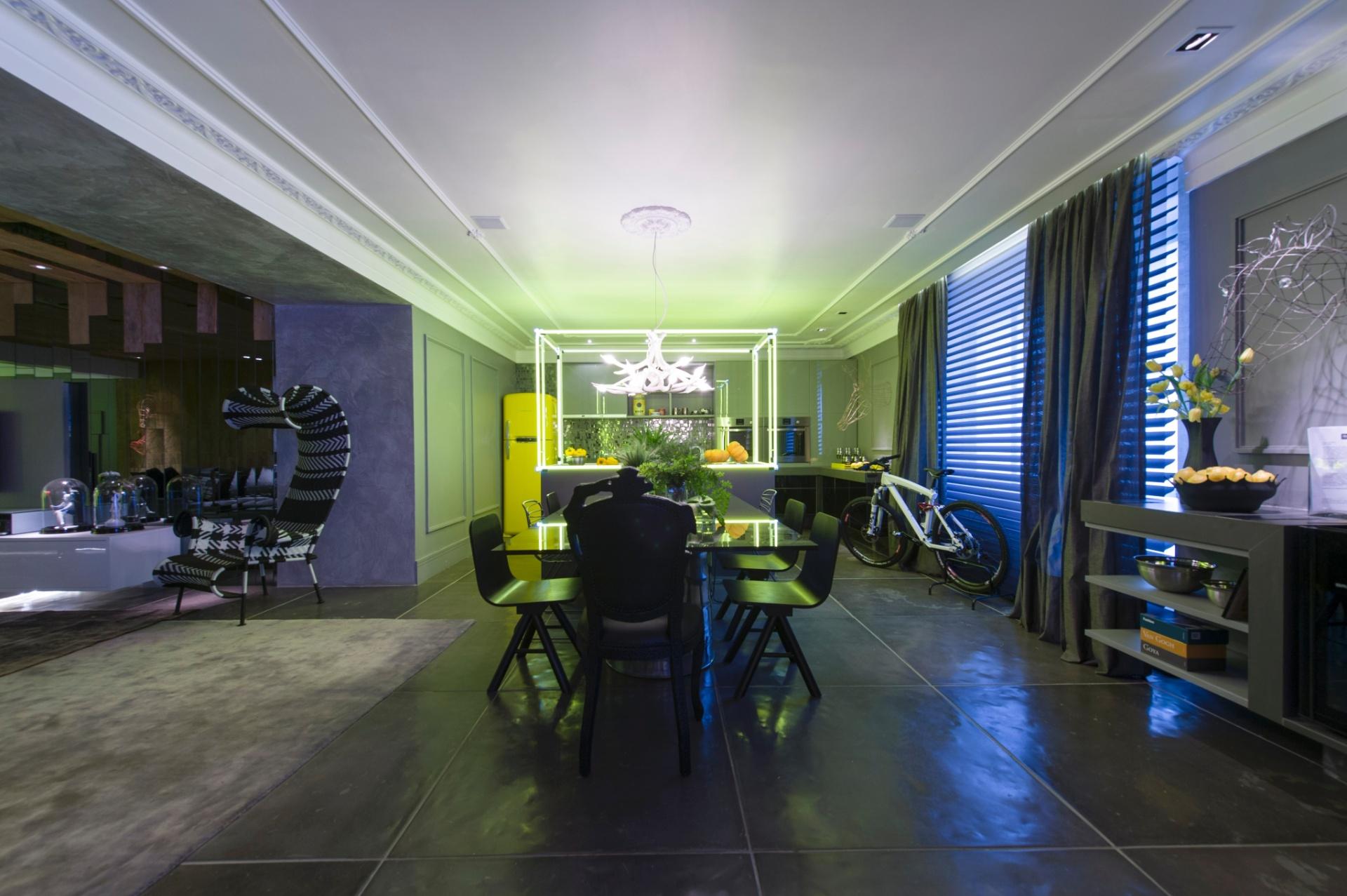 O arquiteto Léo Shehtman projetou o Loft One. Na área de jantar, a predominância do cinza se destaca, assim como a estrutura sobre a bancada na cozinha, iluminada em neon. A 27ª Casa Cor SP segue até dia 21 de julho de 2013, no Jockey Club de São Paulo