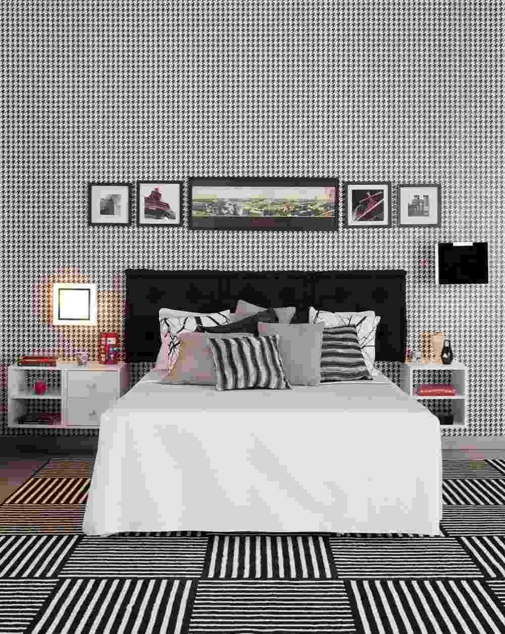 O dormitório de casal, projetado pelo arquiteto Gustavo Calazans, explora os grafismos em preto e branco no tapete listrado e no papel de parede de motivo pied de poule. A utilização do futon preto como cabeceira da cama é uma solução econômica e confortável. A combinação P&B, sempre em alta, confere requinte e modernidade a qualquer ambiente - Divulgação