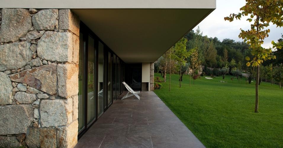 O projeto de estruturas da RF House previu a utilização de laje de concreto nervurada que fica parcialmente em balanço. Com isso foi possível criar uma generosa marquise de onde é possível contemplar a paisagem bucólica
