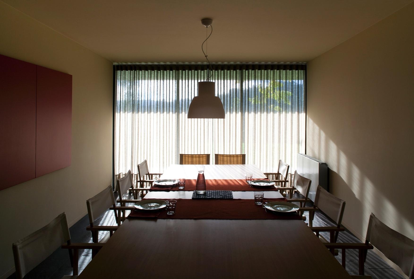 Os interiores da RF House são marcados por entradas abundantes de luz e mobiliário sóbrio. Isso se evidencia, entre outros ambientes, na sala de jantar. A casa foi projetada pelo arquiteto português Nuno Graça Moura