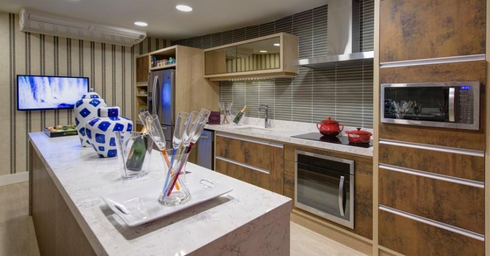 Para a cozinha do ambiente Chalé do Velejador, a arquiteta Selma Tammaro revestiu paredes e definiu o mobiliário com mescla de texturas e cores sóbrias. A 27ª Casa Cor SP segue até dia 21 de julho de 2013, no Jockey Club de São Paulo