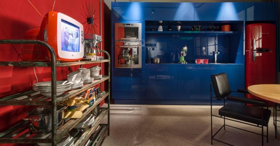Para a cozinha do Loft do Publicitário, os arquitetos Antonio Ferreira Junior e Mario Celso Bernardes uniram a contemporaneidade das cores fortes aos eletrodomésticos de ar retrô e às peças antigas. A 27ª Casa Cor SP segue até dia 21 de julho de 2013, no Jockey Club de São Paulo
