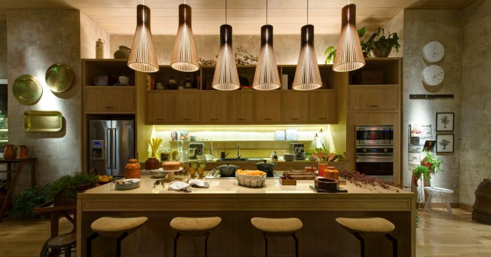 Para a mostra, a designer de interiores Marina Linhares projetou a Cozinha e Copa, de 83 m². Os grandes armários em madeira clara emolduram e dão um ar rústico ao ambiente. A 27ª Casa Cor SP segue até dia 21 de julho de 2013, no Jockey Club de São Paulo