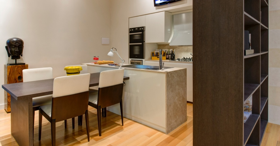 Para melhor aproveitar a metragem, a dupla Andrea Pontes e Matteo Nunziati optou por desenhar a cozinha do Loft do Italiano junto a área de jantar. A mesa para servir as refeições está colada à bancada da pia. A 27ª Casa Cor SP segue até dia 21 de julho de 2013, no Jockey Club de São Paulo