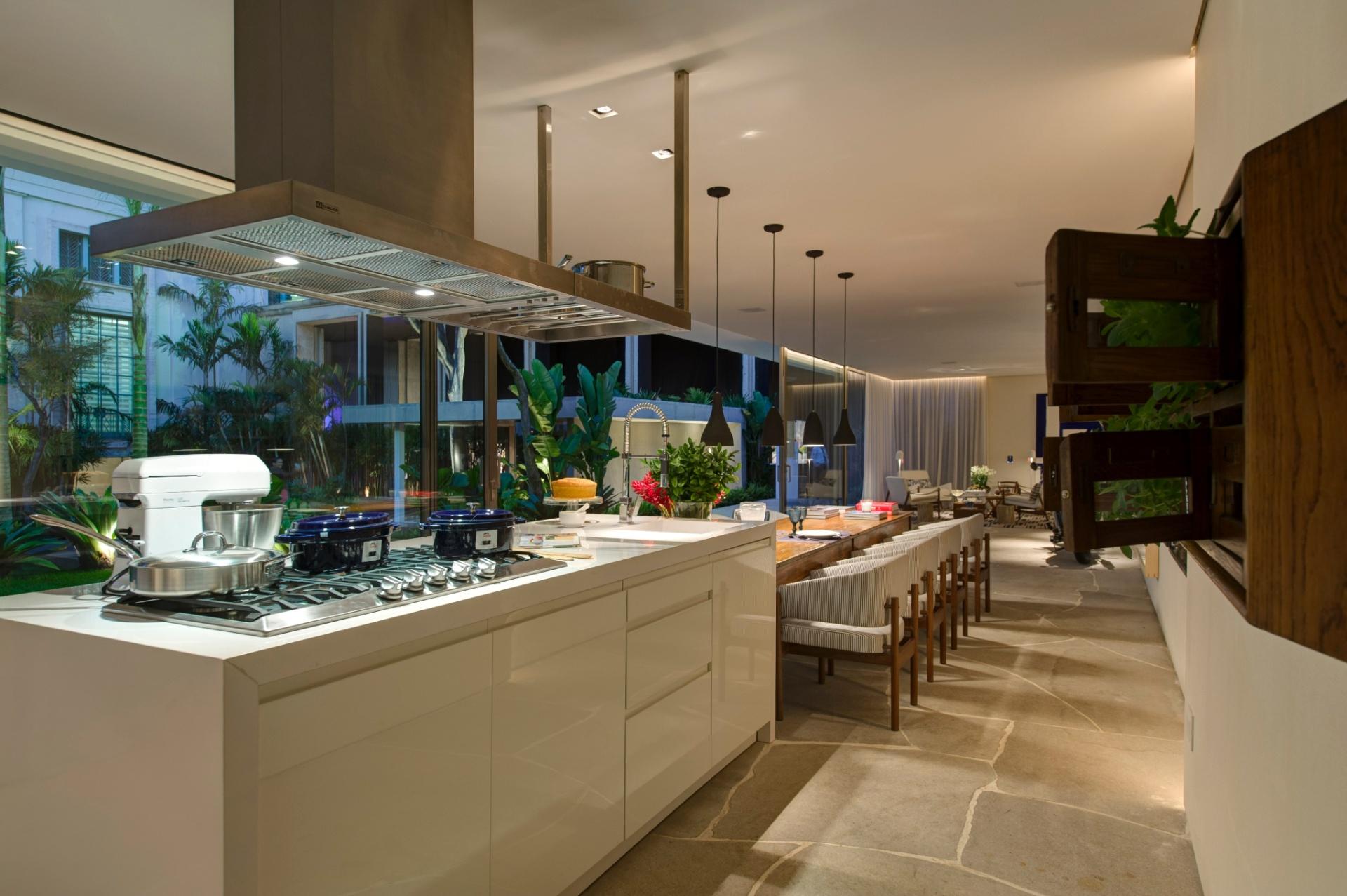 Para o projeto do Ambiente Gourmet, Dado Castello Branco optou por uma bancada e uma mesa de jantar unidas e dispostas em linha reta, o que possibilita uma área livre para circulação. A 27ª Casa Cor SP segue até dia 21 de julho de 2013, no Jockey Club de São Paulo