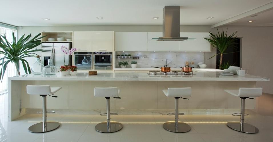 Projetada pelo designer José Ferro, da Evviva Bertolini, a cozinha gourmet toda branca é um ambiente leve e convidativo. As linhas horizontais dão amplitude ao cômodo, cuja cor reforça a sensação de limpeza e amplia a luminosidade