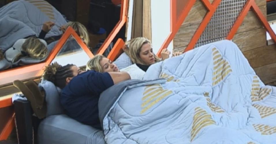 10.jul.2013 - Denise, Aryane e Gominho se esquentam embaixo do edredom em manhã fria