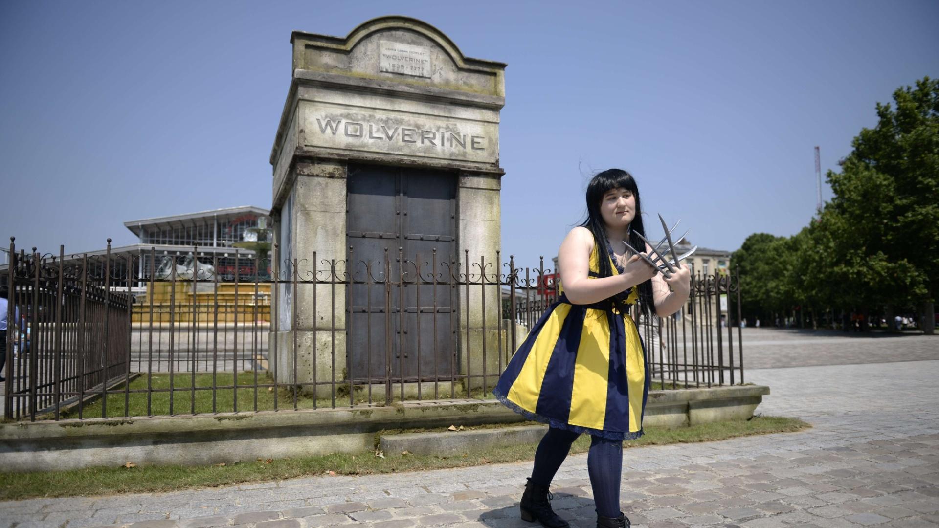 10.jul.2013 - Fã do personagem Wolverine posa para fotos em frente ao mausoléu de divulgação de