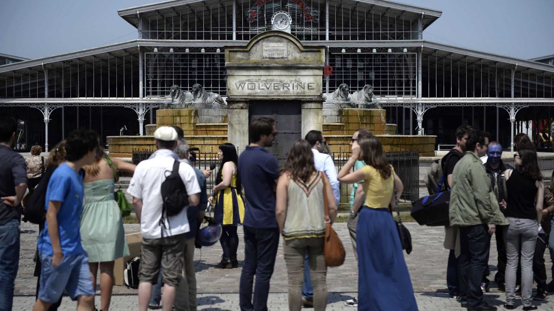 10.jul.2013 - Fãs visitam falso túmulo que divulga o novo filme de Wolverine em Paris