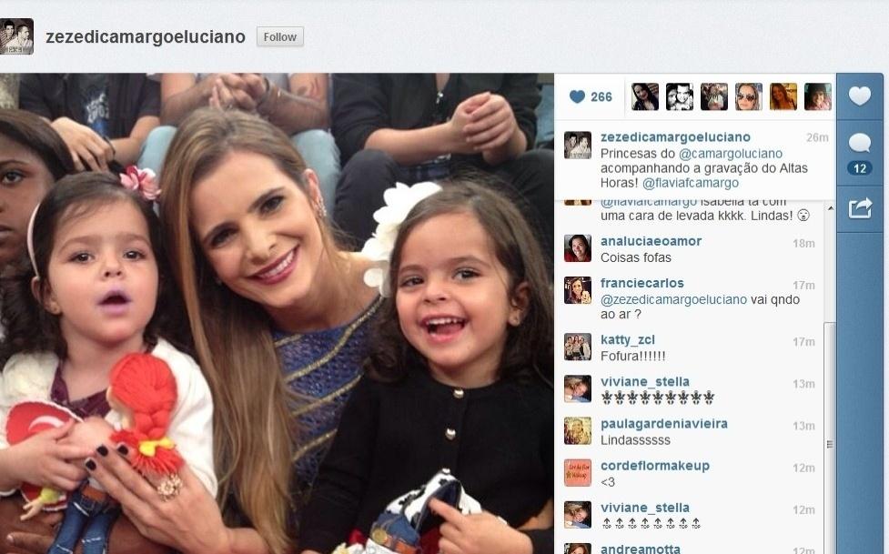 """10.jul.2013 - Flávia, esposa de Luciano, participa do """"Altas Horas"""" com as filhas Isabella e Helena"""