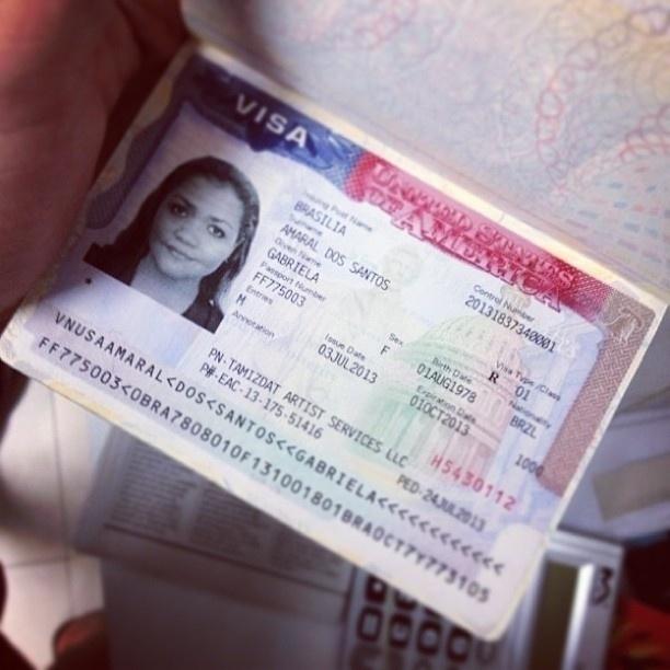 10.jul.2013 - Gaby Amarantos mostra visto americano antes de viagem