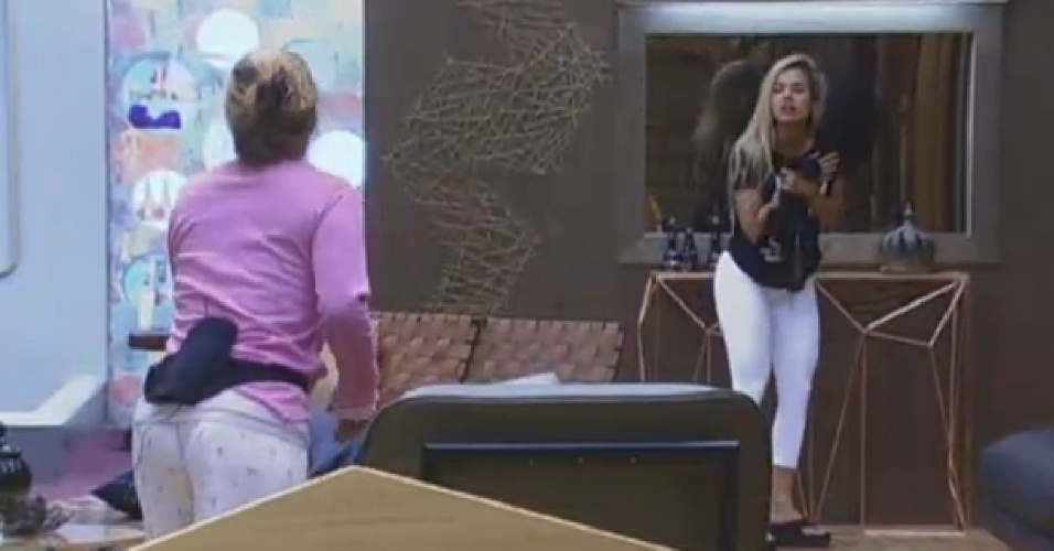 10.jul.2013 - Rita pede a Aryane para pegar o pão dos peões