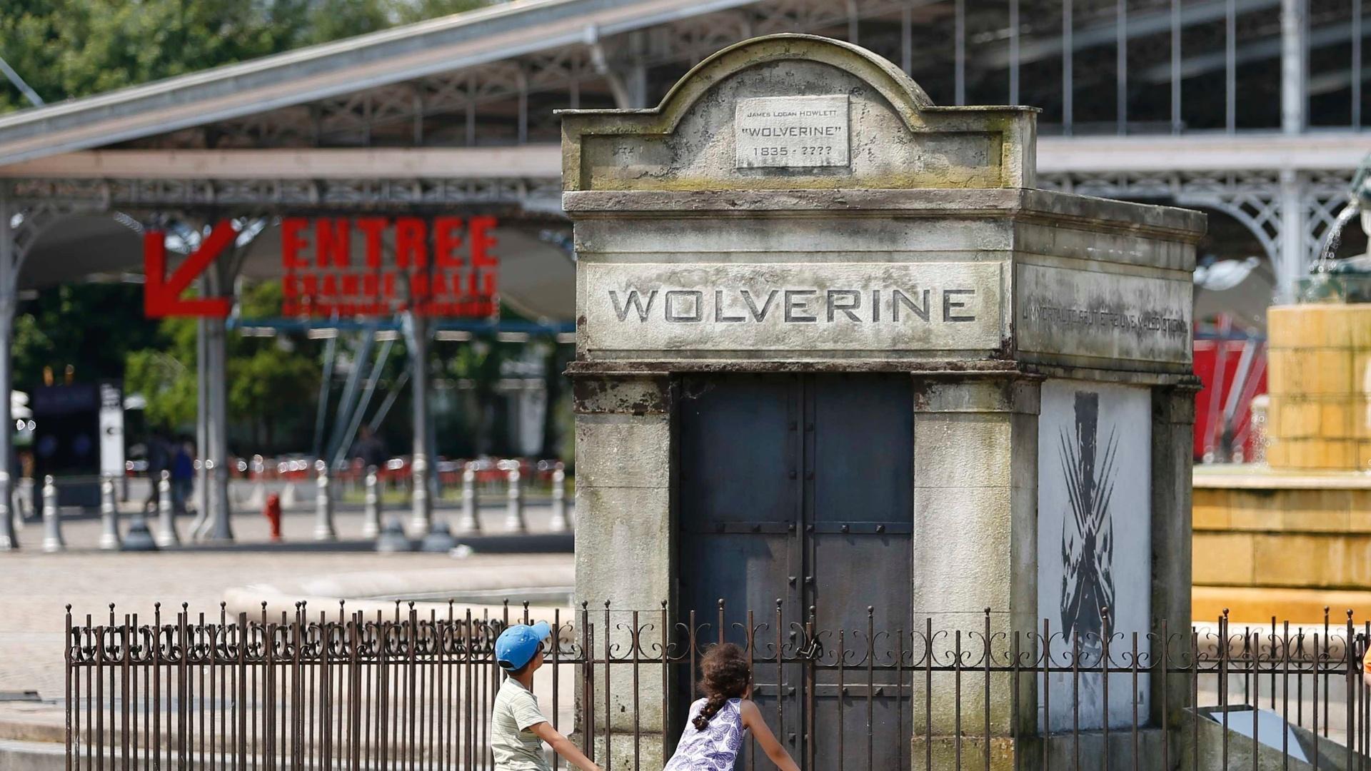 10.jul.2013 - Um falso túmulo foi instalado em uma praça de Paris para divulgar o filme