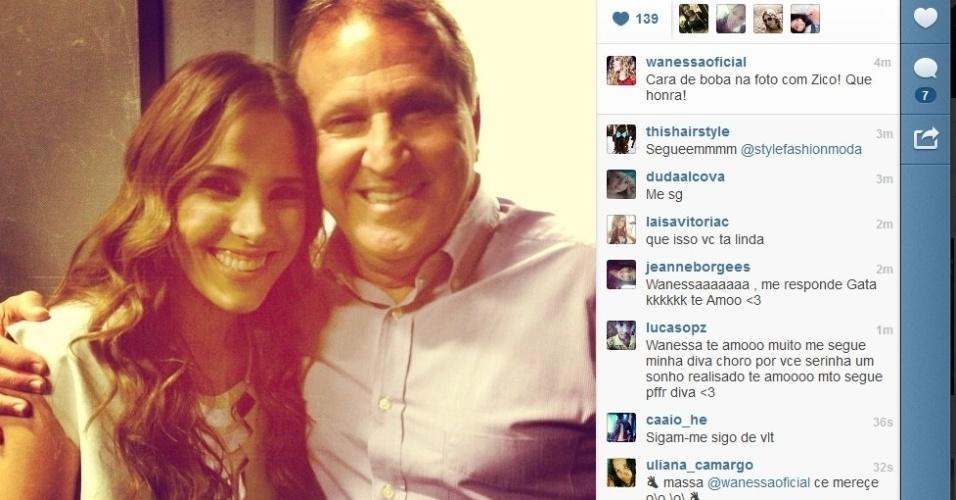 10.jul.2013 - Wanessa posa com Zico nos bastidores do