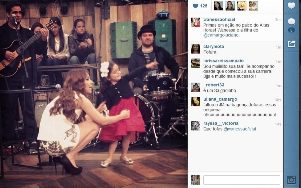 10.jul.2013 - Wanessa se diverte com uma das primas, filha de Luciano, durante gravação do