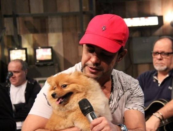 10.jul.2013 - Zezé di Camargo com a cachorrinha Mia