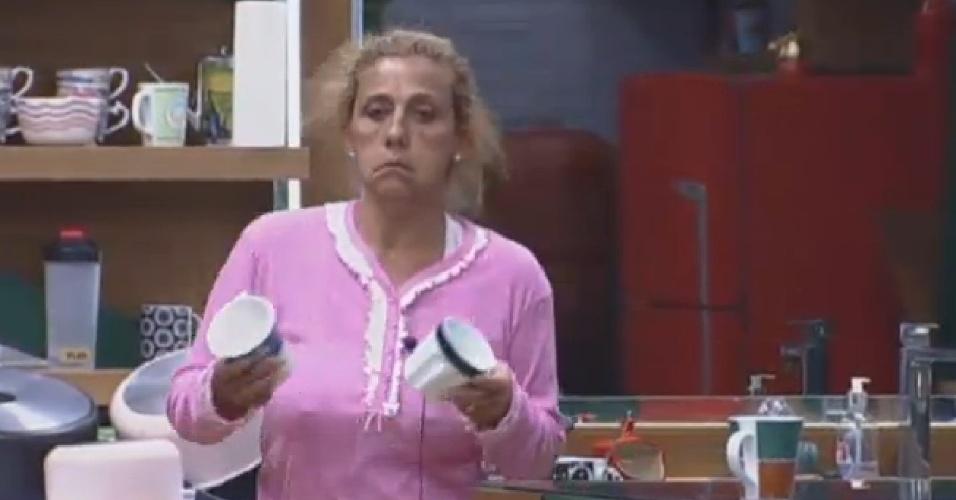 10.jul.2013 -Descabelada, Rita Cadillac prepara café da manhã dos peões