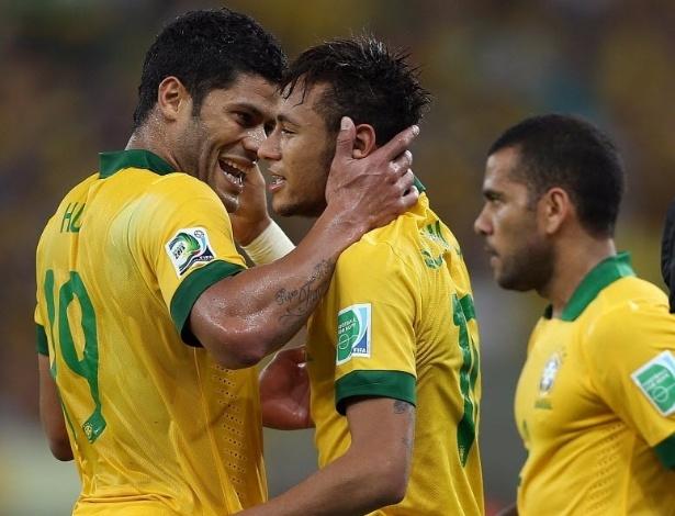 30.jun.2013 - Hulk parabeniza Neymar pelo gol marcado contra a Espanha na Copa das Confederações, no Maracanã, Rio de Janeiro