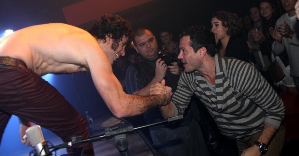8.jul.2013 - Eriberto Leão cumprimenta o ator Malvino Salvador, que foi à pré-estreia do musical