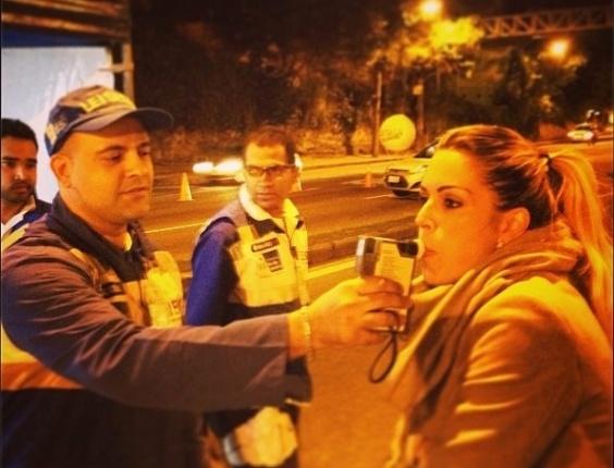 9.jul.2013 - O lutador Victor Belfort publicou foto de sua mulher, a apresentadora Joana Prado, fazendo o teste do bafômetro em uma blitz a lei seca