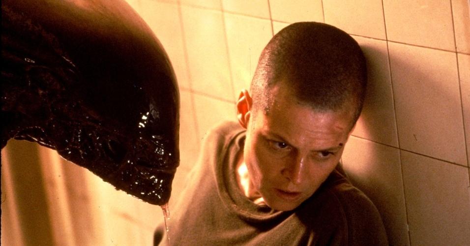 """Em """"Alien 3"""", Sigourney Weaver interpreta mais uma vez Ripley. Nesse episódio da série de filmes, a personagem está careca"""
