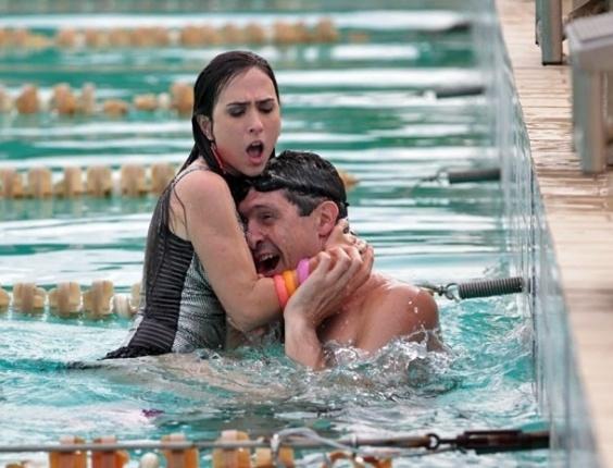 """Em """"Amor à Vida"""", Valdirene ataca Gustavo Borges e quase se afoga"""
