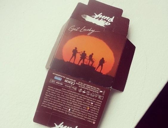 Foto de embalagem de camisinhas lançadas pelo Daft Punk. A imagem foi postada pelo DJ Diplo em seu Instagram na terça (9), onde ele escreveu