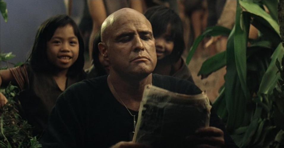 """No clássico """"Apocalipse Now"""", o ator Marlon Brando teve de ficar careca"""