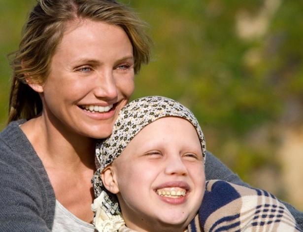 """Sofia Vassilieva raspou a cabeça para interpretar a paciente de câncer em """"Uma Prova de Amor"""". Cameron Diaz é a mãe da personagem e teve uma cena em que estava careca, mas a atriz usou maquiagem"""