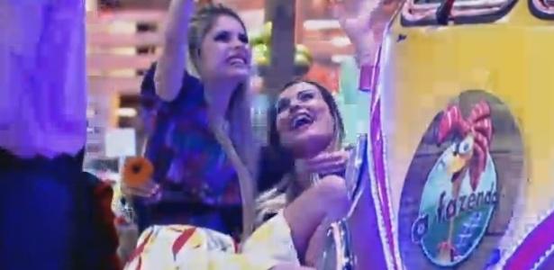 10.jul.2013 - Bárbara Evans e Andressa Urach demonstraram bastante intimidade durante a festa