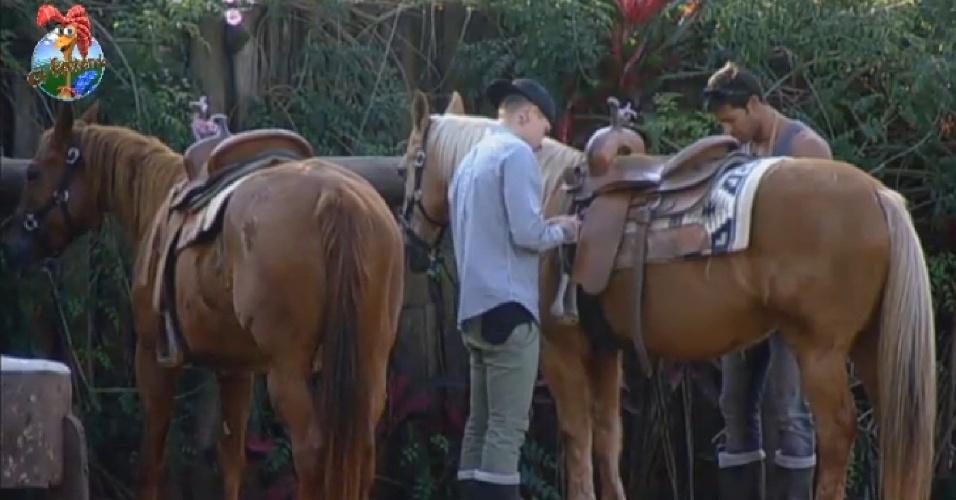 11.jul.2013 - Antes, os dois preparam os cavalos