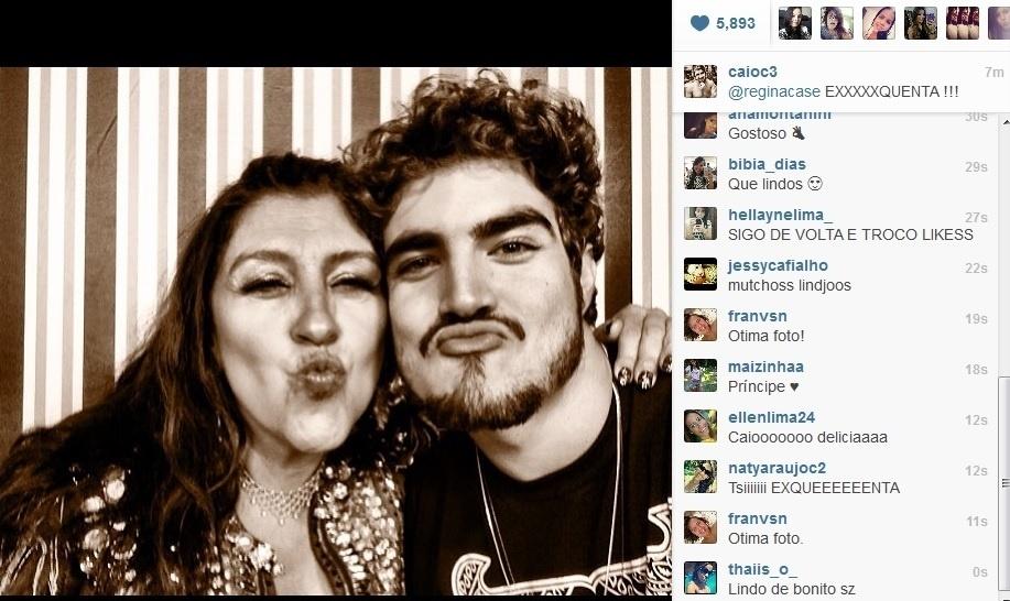 """11.jul.2013 - Caio Castro publicou foto com Regina Casé nos bastidores do """"Esquenta"""""""
