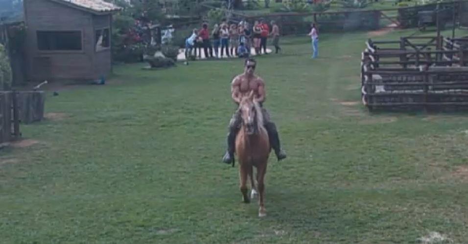 11.jul.2013 - Marcos Oliver cavalga em atividade nesta quinta-feira (11)