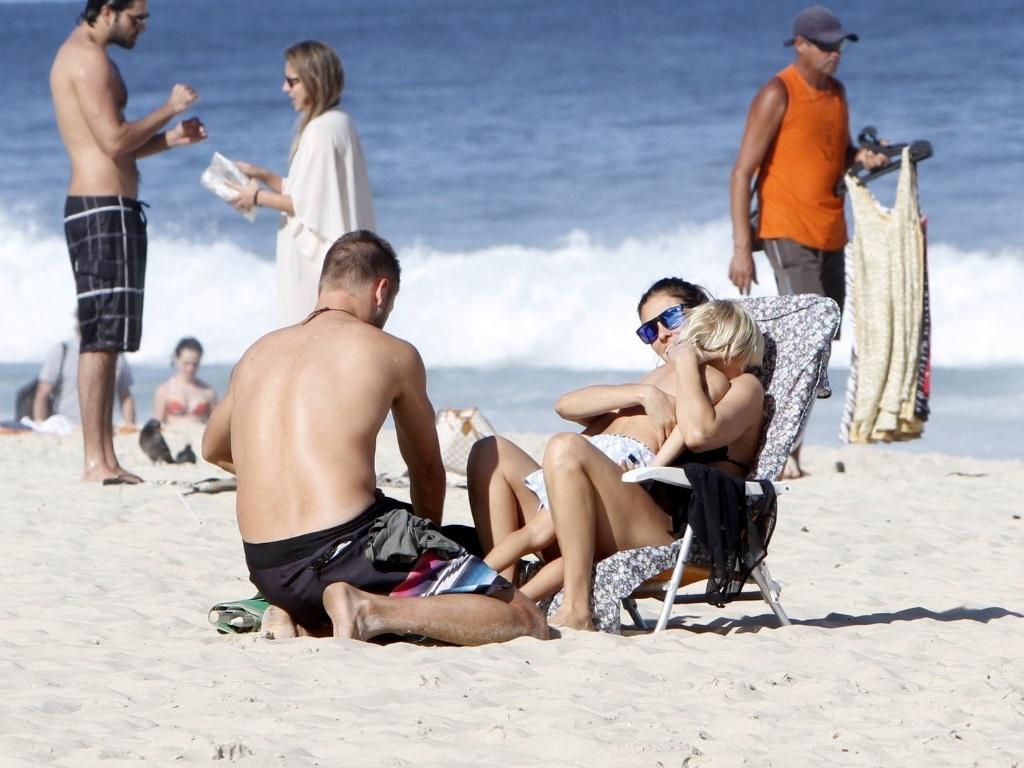11.jul.2013 - Fernanda Lima e Rodrigo Hilbert curtiram praia no Leblon com os filhos, os gêmeos João e Francisco, de 5 anos. Carinhosa, Fernanda paparicou os filhos