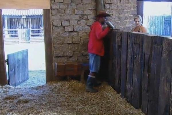 11.jul.2013 - Ivo Meirelles ajuda Denise a cuidar dos cavalos, mas fala mal da peoa para Paulo Nunes