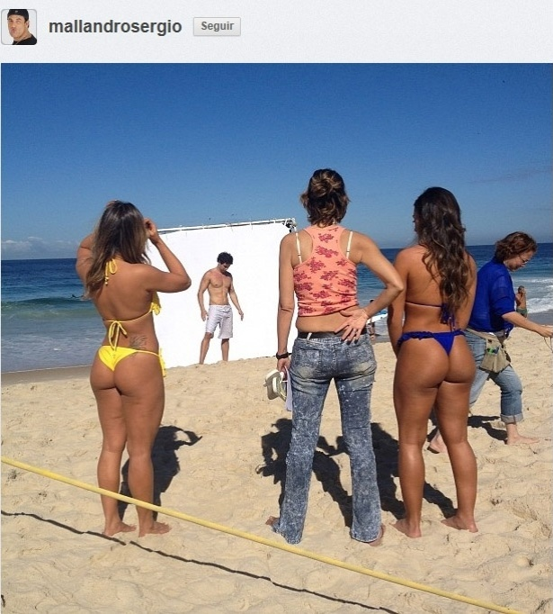 11.jul.2013 - Nicole Bahls e a ex-BBB Fani gravam comercial de cerveja em praia no Rio
