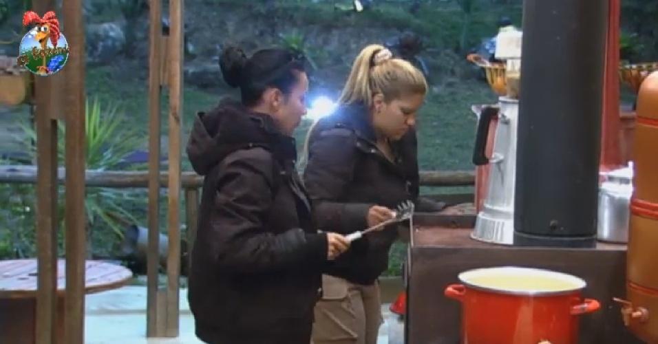 11.jul.2013 - No celeiro, Scheila Carvalho e Yani preparam o jantar da equipe Coelho