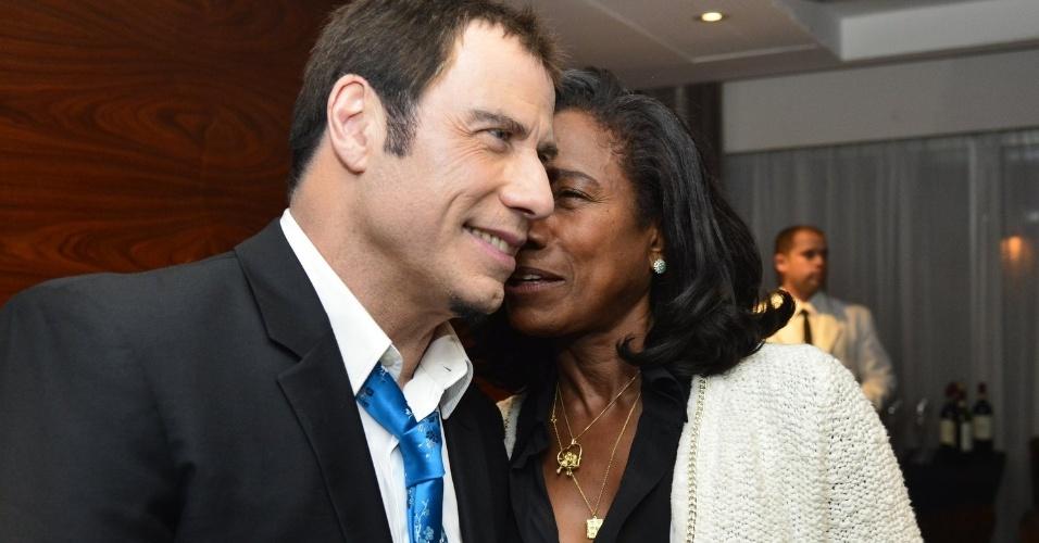 11.jul.2013 - O ator John Travolta conversa com a jornalista Glória Maria após show de Bebel Gilberto em Ipanema, no Rio de Janeiro