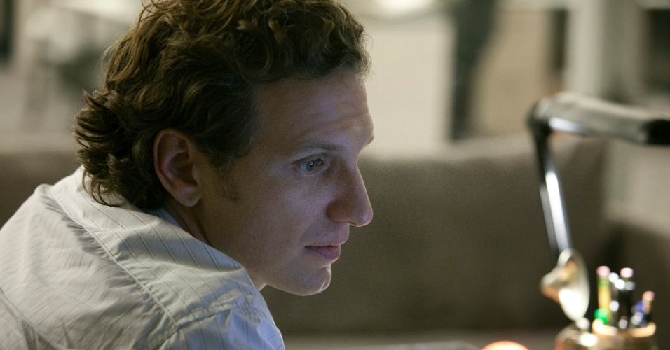 "11.jul.2013 - O ator Sebastian Arcelus interpreta o jornalista Lucas Goodwin na série ""House of Cards"", do Netflix"