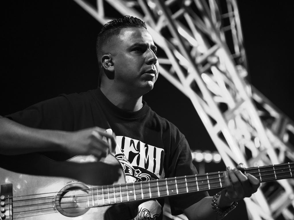 11.jul.2013 - O baxista Heitor toca instrumento acústico durante a gravação