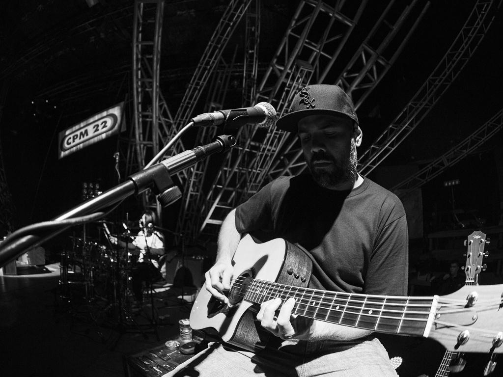 11.jul.2013 - O guitarrista Luciano durante a gravação